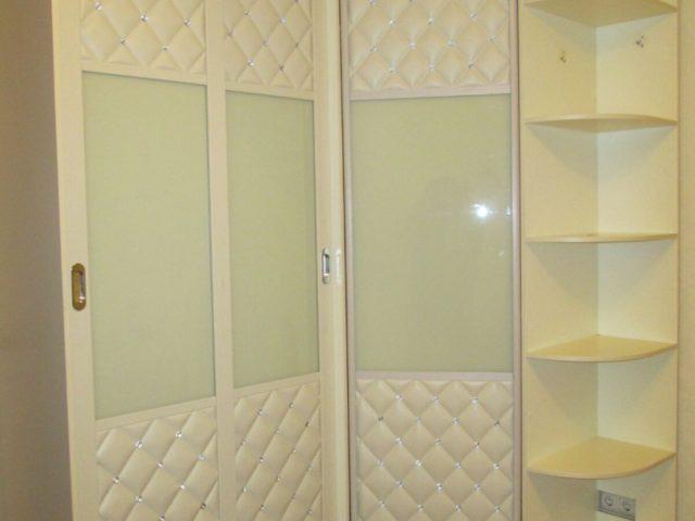 Готовый шкаф купе с дверьми из кожи