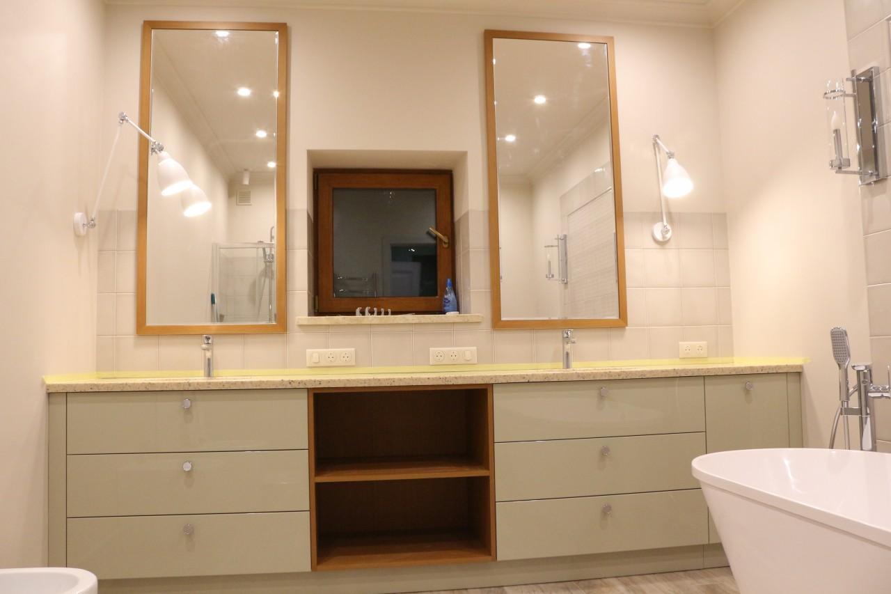 Тумба в ванную с двумя раковинами и зеркалами